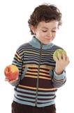 Criança com comer duas maçãs Foto de Stock Royalty Free