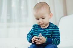 Criança com comprimidos Imagem de Stock