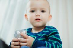 Criança com comprimidos Fotografia de Stock Royalty Free