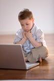 Criança com computador Fotos de Stock Royalty Free