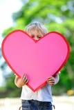 Criança com coração de papel fotografia de stock