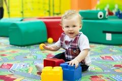 Criança com cubos imagens de stock