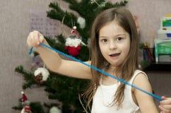 A criança com decora uma pele-árvore Foto de Stock Royalty Free