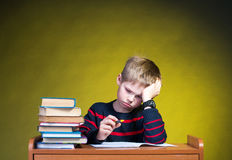 Criança com dificuldades de aprendizagem. Fazendo trabalhos de casa. Imagem de Stock Royalty Free