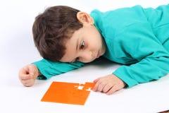 Criança com enigma fotografia de stock royalty free
