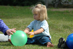 Criança com esfera foto de stock