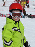 Criança com esqui e capacete Imagens de Stock Royalty Free