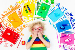 Criança com fontes da escola e do desenho Estudante com livro imagens de stock