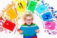 Criança com fontes da escola e do desenho Estudante com livro fotografia de stock royalty free