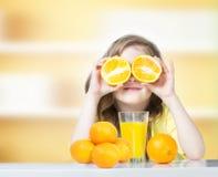 Criança com fundo vazio de vidro do espaço do suco de laranjas imagem de stock royalty free