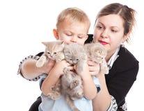 Criança com gatinhos fotos de stock royalty free