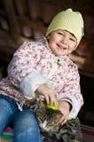 Criança com gato Fotos de Stock Royalty Free