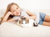 Criança com gato Imagens de Stock Royalty Free