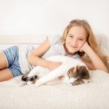 Criança com gato Imagem de Stock Royalty Free