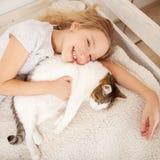 Criança com gato Foto de Stock Royalty Free