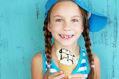 Criança com gelado Fotos de Stock Royalty Free