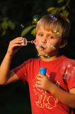 Criança com goma de bolha Imagem de Stock