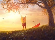 Criança com guarda-chuva vermelho Fotos de Stock