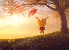 Criança com guarda-chuva vermelho Foto de Stock
