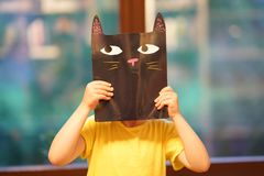 A criança com a imagem do gato fotos de stock royalty free