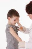 Criança com injeção foto de stock