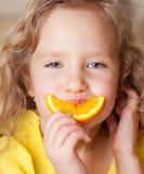 Criança com laranjas imagem de stock