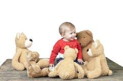 Criança com lotes de ursos de peluche fotografia de stock