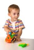 A criança com máquina do brinquedo Fotografia de Stock