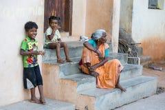 Criança com a mãe na rua da vila Fotografia de Stock Royalty Free