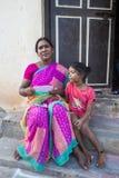 Criança com a mãe na rua da vila Fotos de Stock