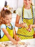 Criança com massa do rolamento-pino Imagens de Stock Royalty Free