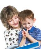 A criança com matriz leu o livro Imagens de Stock Royalty Free