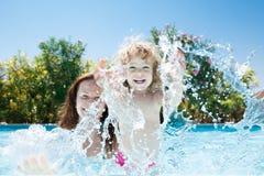 Criança com a matriz na piscina Imagens de Stock