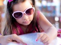 Criança com menu Fotografia de Stock Royalty Free