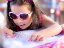 Criança com menu Imagem de Stock