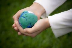 Criança com modelo da terra Imagens de Stock