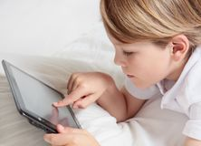 A criança com multimédios marca o PC. fotos de stock