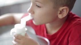 Criança com nebuliser filme