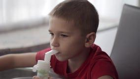 Criança com nebuliser video estoque