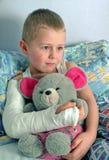 Criança com o braço quebrado no emplastro Foto de Stock Royalty Free