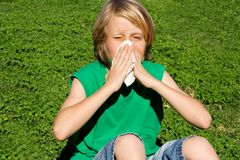 Criança com o nariz de sopro da alergia fotos de stock