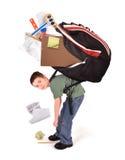 Criança com o saco de livro pesado dos trabalhos de casa da escola