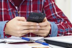Criança com o telefone celular Imagem de Stock Royalty Free