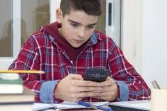 Criança com o telefone celular Foto de Stock Royalty Free