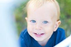 Criança com olhos azuis imagens de stock
