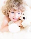 Criança com peluche imagem de stock royalty free