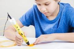 Criança com a pena 3d Criativo, tecnologia, lazer, conceito da educação Imagens de Stock