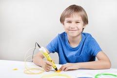 Criança com a pena da impressão 3D Criativo, tecnologia, lazer, conceito da educação Imagens de Stock Royalty Free