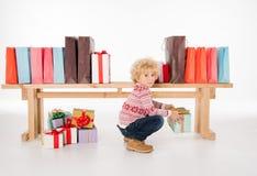 Criança com a pilha de caixas de presente Imagens de Stock Royalty Free