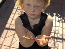Criança com pintura nas mãos fotografia de stock